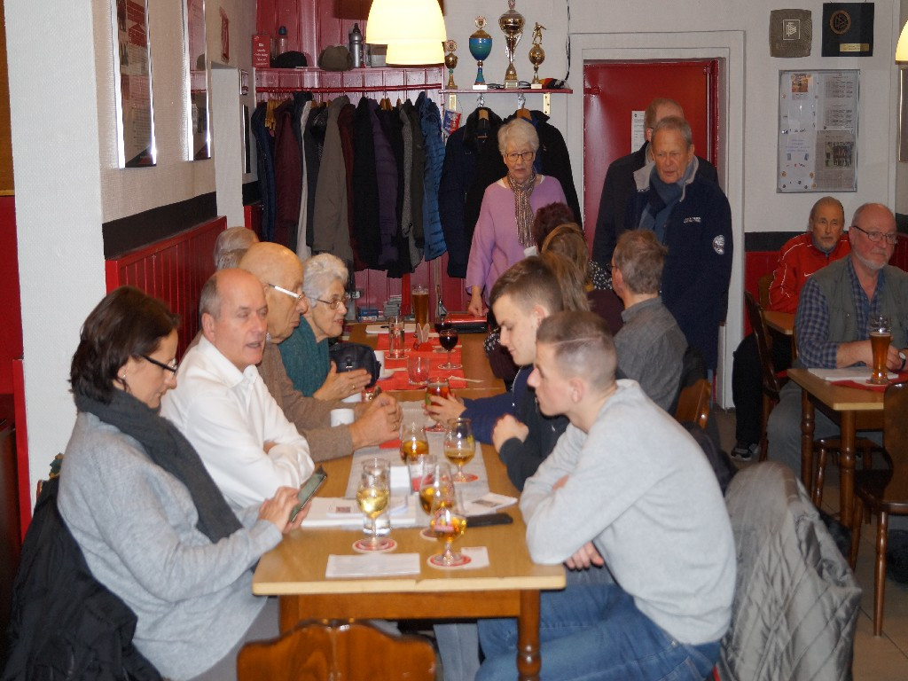 Familie Worm (im Vordergrund links und rechts), links Benno und Eva Wischer (PV), im Hintergrund Evelyn Uffelmann (AWO Kreuzberg u. PV), Jörg Becker (PV) Wolfgang Beckmann (Eintracht Südring)
