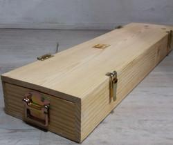 Caixa de madeira com fechos e asas