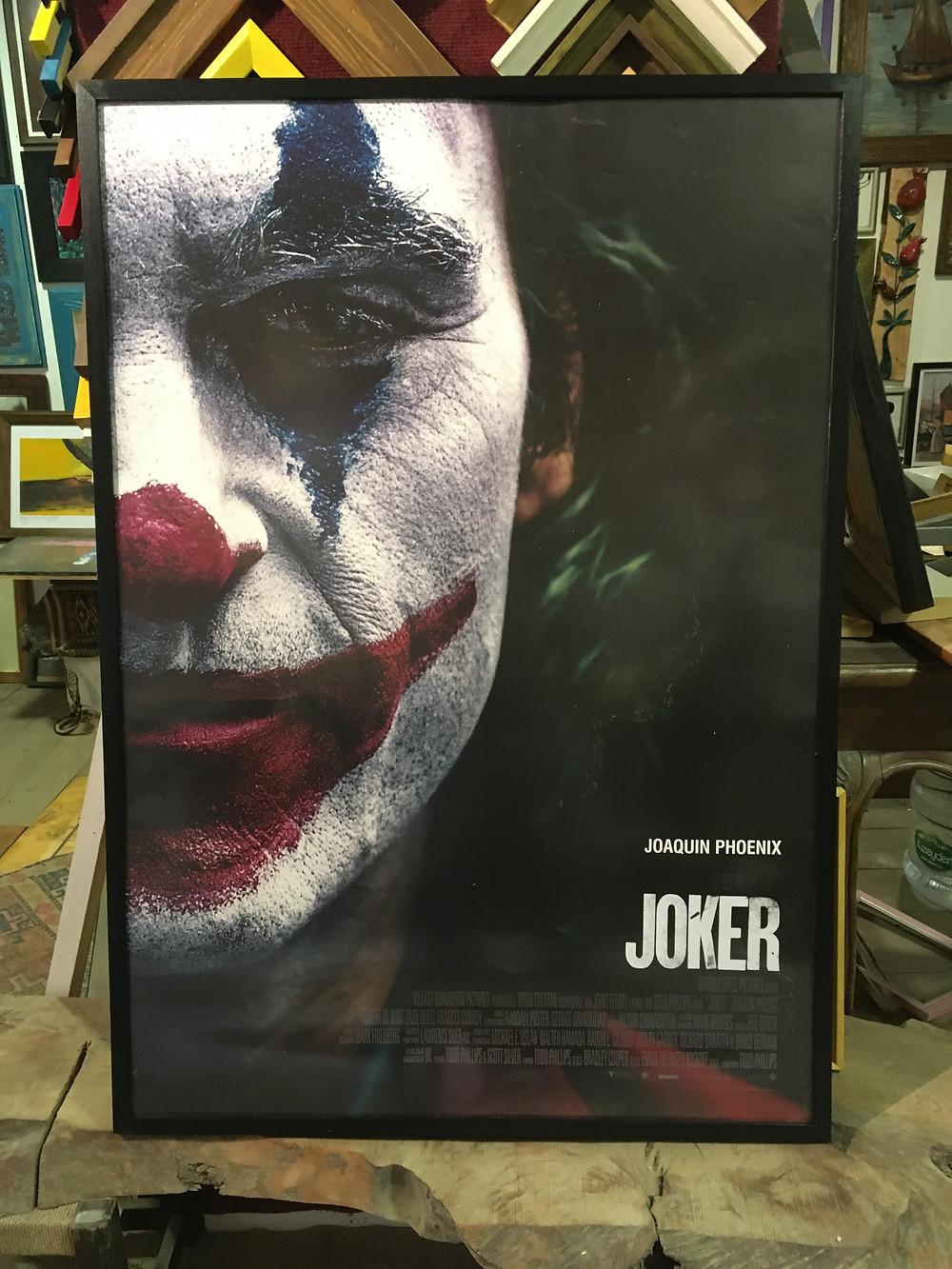 2019 joker film afişi için siyah ince ahşap çerçeve ve mat cam uygulaması.