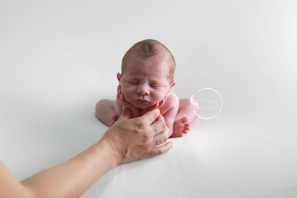 Fotografía de recién nacido. La Luna de Neptuno. Pose de la ranita