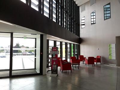 Hall_d'accueil_spacieux_et_moderne.jpg
