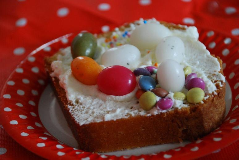versierde cake met snoepjes en slagroom - kinderfeestjes, themakisten