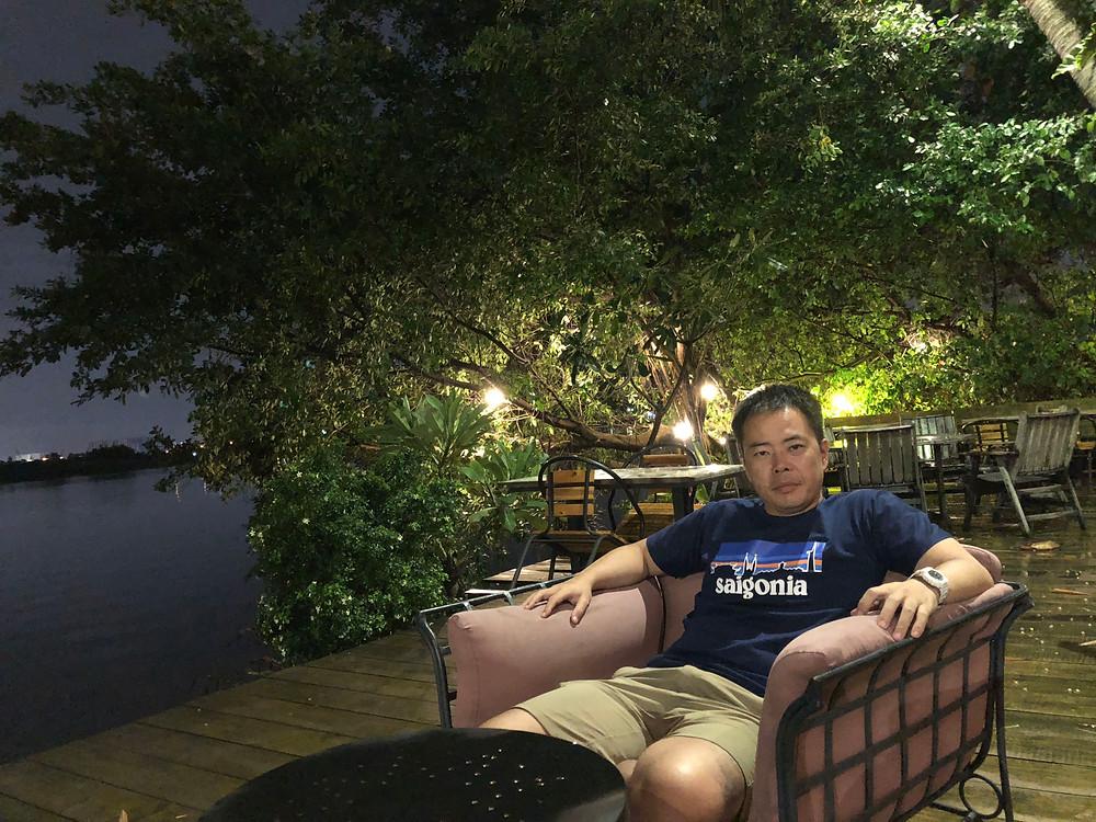 サイゴン川のほとりのバー