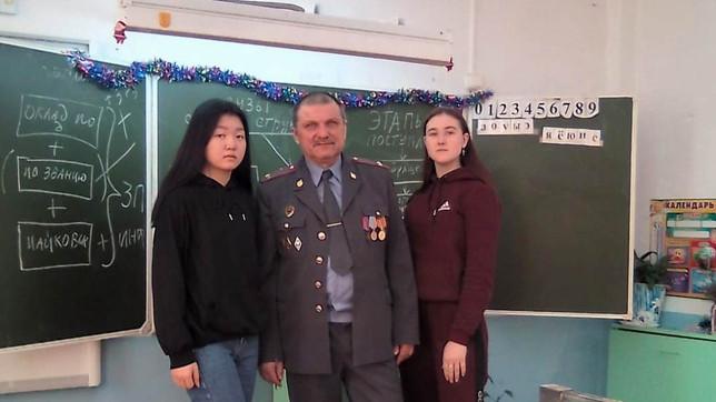 Усть-Абаканское местное отделение организовало встречу школьников с курсантом военного училища.