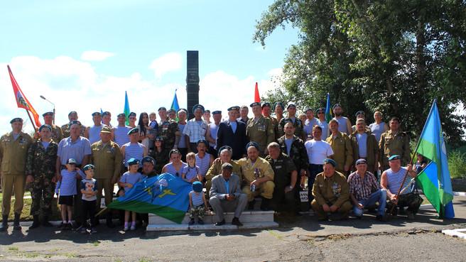 Саяногорским ветеранам-десантникам вручены юбилейные медали «90 лет ВДВ»