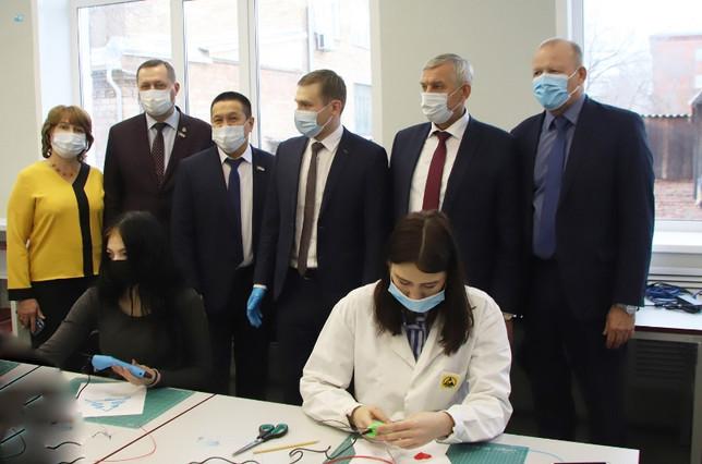 Депутаты ВС Хакасии приняли участие в торжественном открытии центров «Точки роста» и «Кванториума»