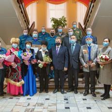 В Хакасии достойным представителям разных профессий вручили государственные награды