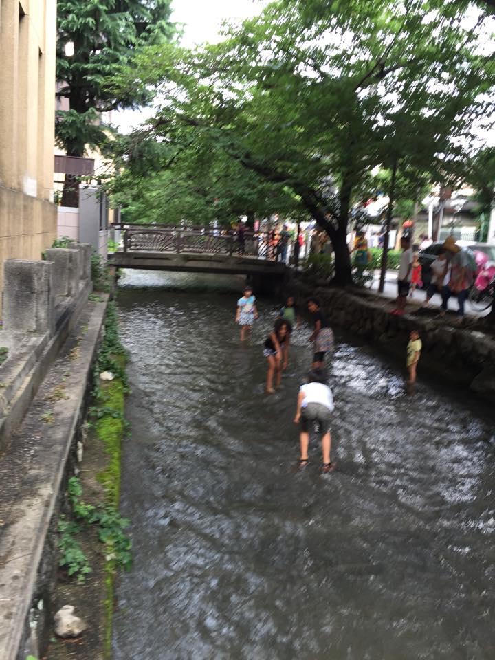 高瀬川で遊ぶこどもたち