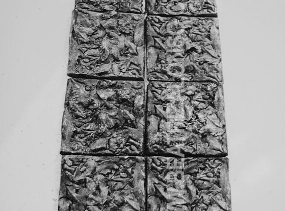 """""""La tumba"""". Resina y polvo de mármol. 170x 50x 3 cm."""