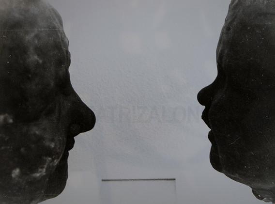 """""""En el espejo"""" Resina y escayola. 23x 50x 20 cm."""