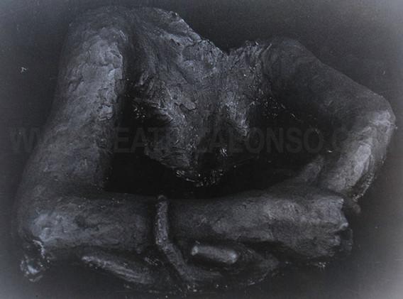 """""""La ausencia"""". Resina y piedra pómez. 54x 40x 38 cm."""