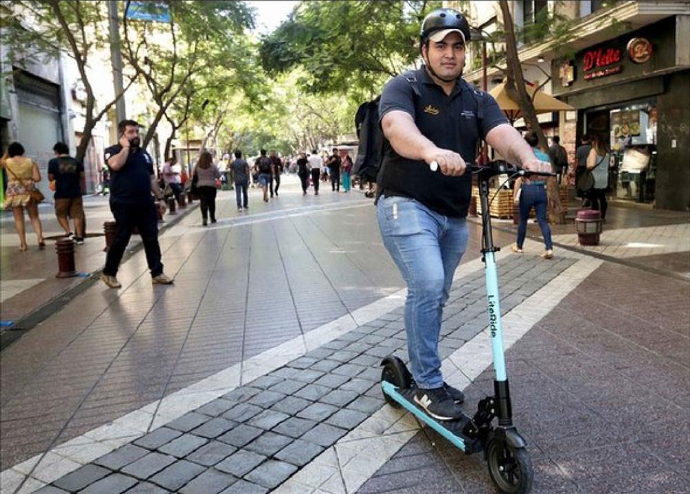 """alt = """"repartidor en scooter literide delivery"""""""