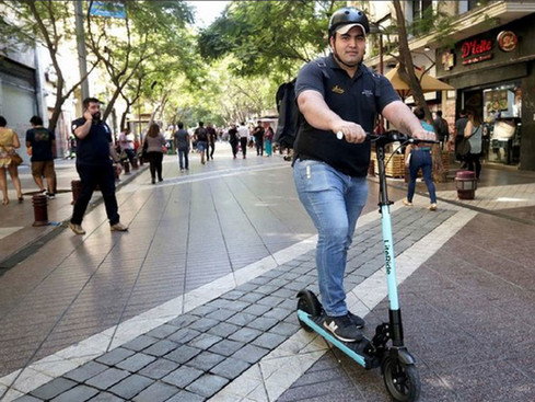 Debutó el delivery en scooter en pleno centro de Santiago