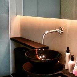Lavabo com louça preta Adoro parceria _jkealman _jukealmanarq #lavabo#decor #decoração #designinteri