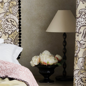 How to arrange decorative cushions on a bed