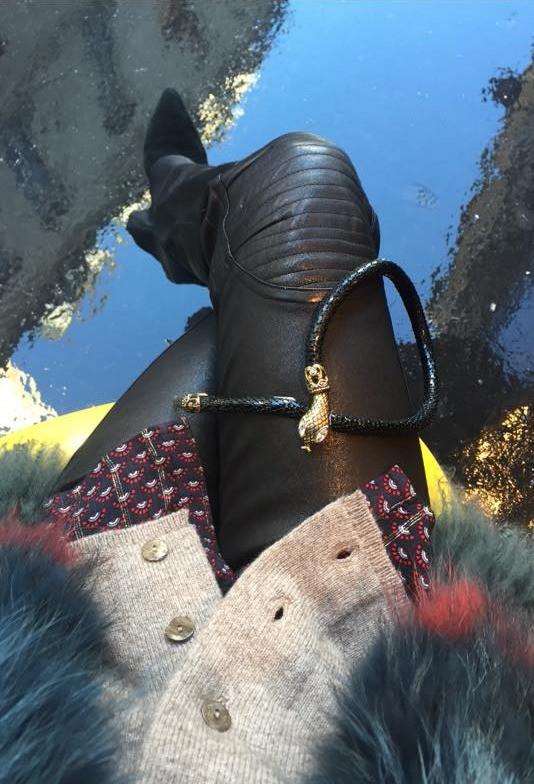 Sorti du fin fond de mon armoire!!! Mon cuir style motard Plein Sud Il a 20 ans et je l aime toujours autant🏍 Gilet fourrure Yves Salomon Collier serpent vintage