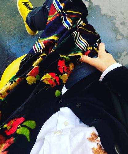 Cool mais chic même en baskets 😉 Chemise blanche brodée de sequins or Essentiel Chemise vintage en velours Equipment Foulard en velours imprimés de dingue!!! Comme toujours avec Pierre Louis Mascia