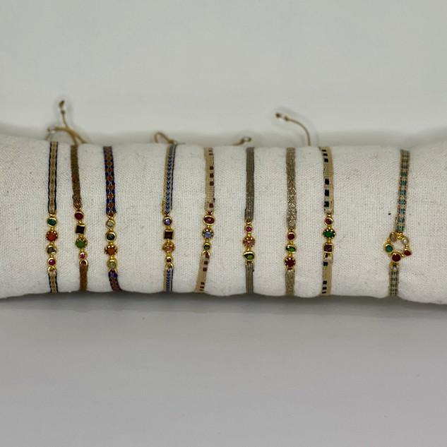Bracelets en rubans de couleurs et pierr