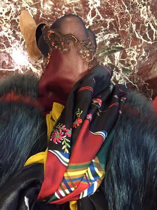 gilet en agneau de Mongolie (Yves Salomon) Jupe en cuir et guipure de la Collection Shadé & un joli foulard de Pierre Louis Mascia
