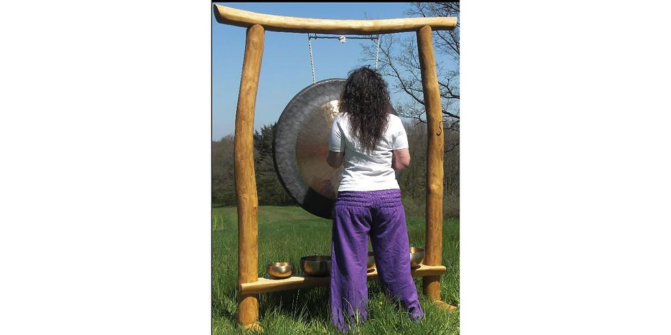 Gongmeditation: durchdringende Klänge auf der Waldlichtung