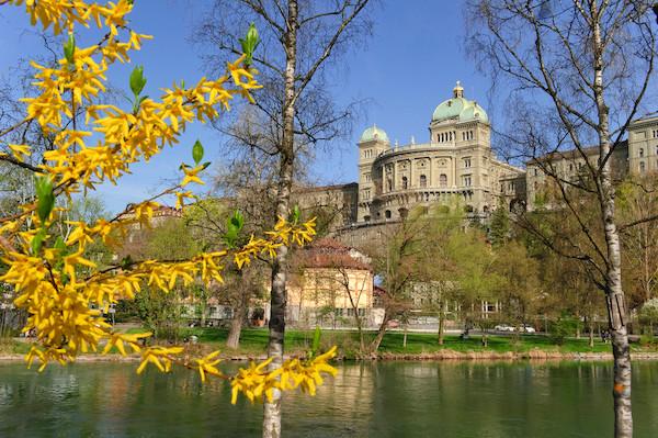 Bundeshaus Südfassade im Frühling. Foto: Parlamentsdienste, parlament.ch