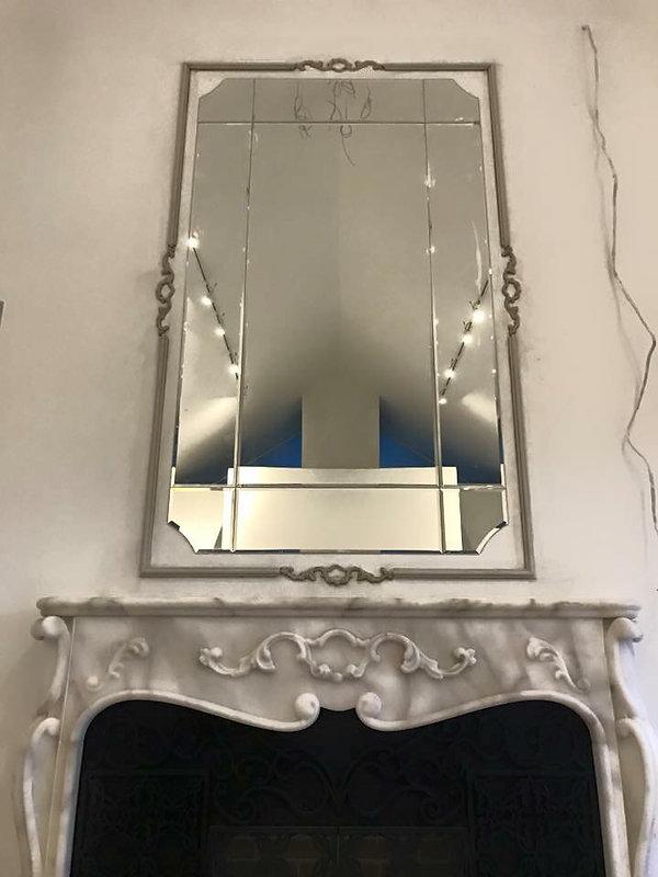 marmurowy kominek z lustrem