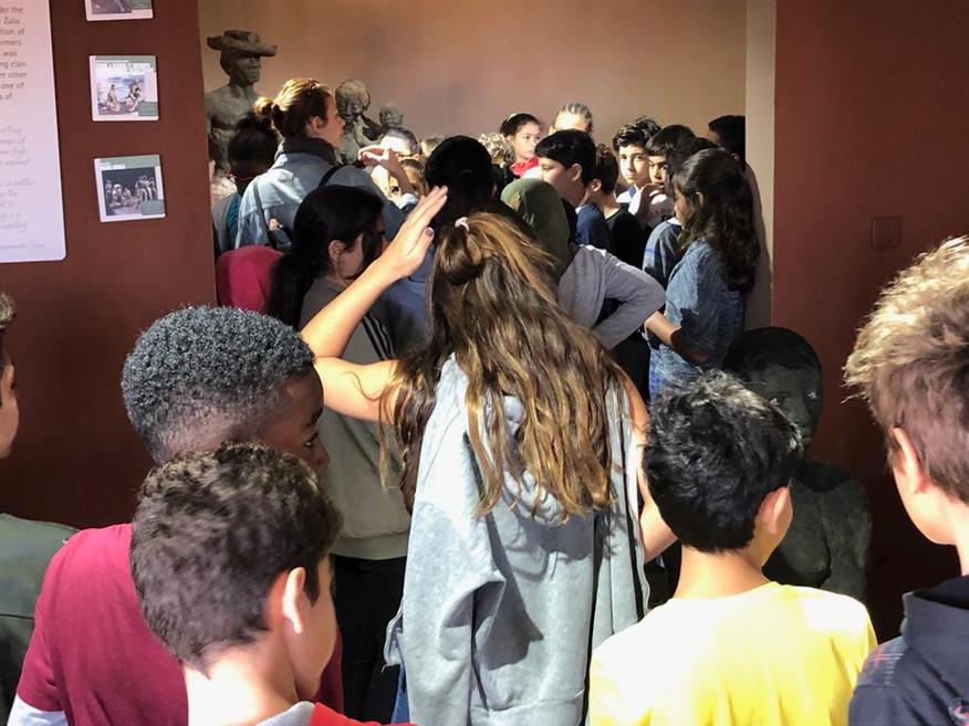 Les élèves découvrent les sculptures