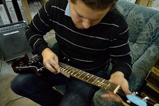 Шлифока ладов, торцовка ладов. Ремонт гитар в лучшем виде в москве. Квалифицированный гитарный мастер справится с любой задачей.