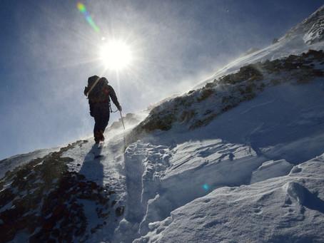 雪山の頂に向かって