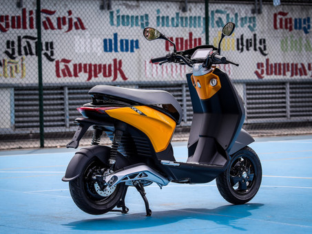 New Piaggio Electric Scooter Debuts Swappable Battery Tech
