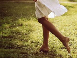 Pise na grama e seja mais feliz- os benefícios do Grounding