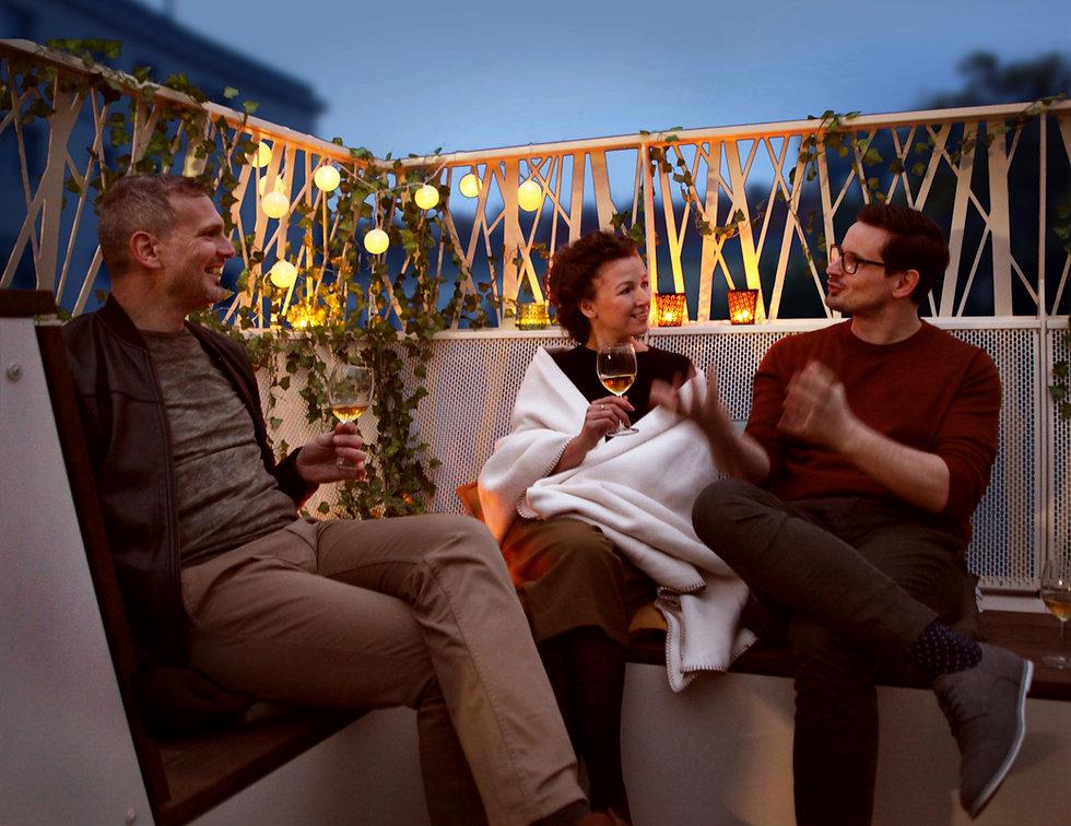 Der Wienbalkon lädt zu einer gemütlichen Runde ein, genießen Sie die lauen Sommerabende