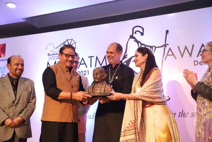 Deepak-ji-getting-mahatma-award-from-Ami