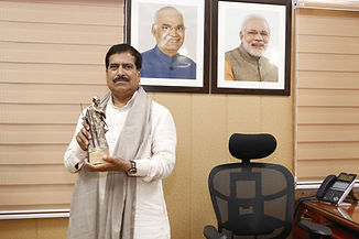 Suresh_Angadi_with_Mahatma_Award.jpg