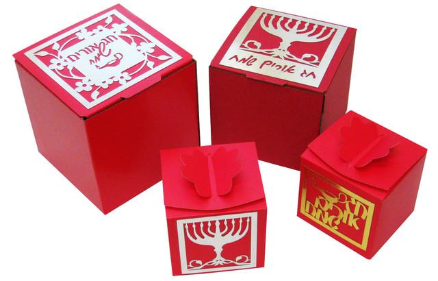 מגוון קופסאות עם עיטורים לחנוכה.jpg