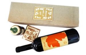 בקבוק יין חרוסת ופנקס במארז מגירה
