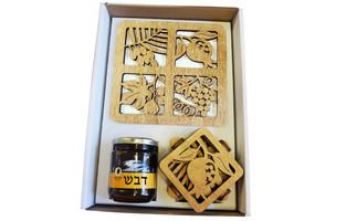 מגש ותחתיות עץ בחיתוך לייזר וצנצנת דבש במארז