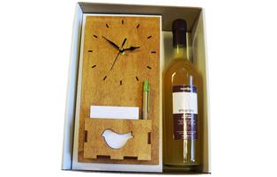 שעון קיר עם ממו מעץ ובקבוק יין או שמן