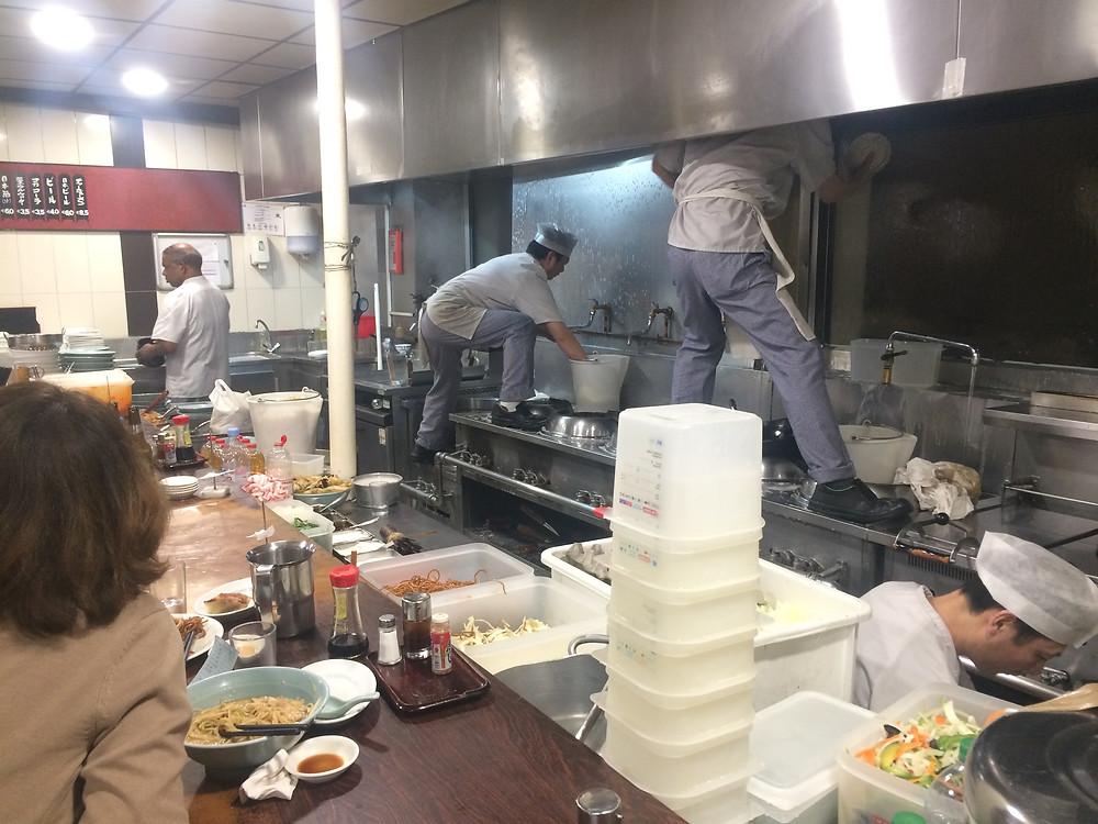 Resto comida rápida japonesa en Paris. Son locos estos  ponjas.