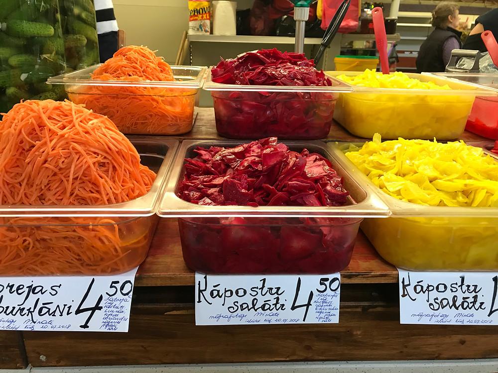 リガの市場にて。カラフルなピクルス。
