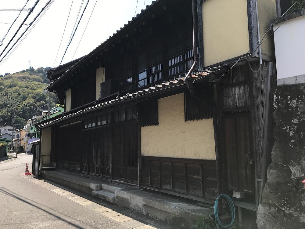 昔の面影を残す家屋がひっそりとある由比の旧東海道。