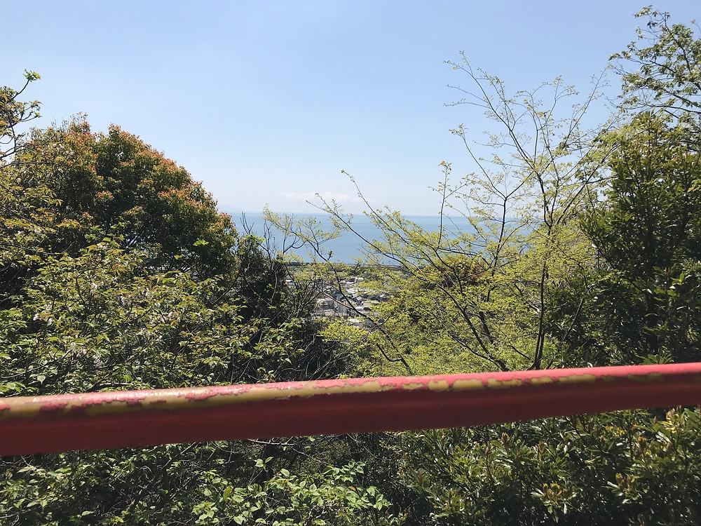 20分上ったら吊り橋があって駿河湾が見えた。