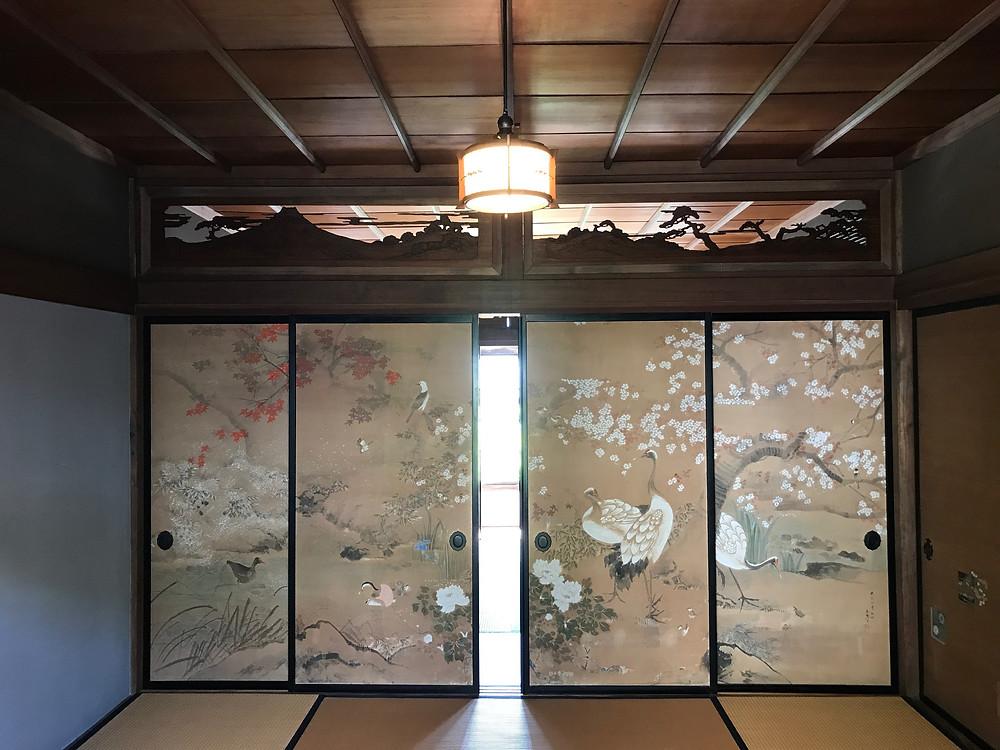 五十嵐邸の2階。応接と歯医者の診察室がある。襖や欄間が凝っている。
