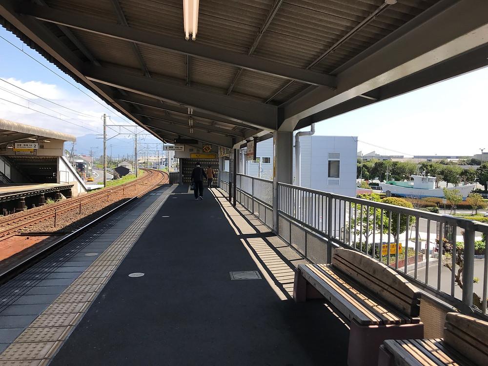 東海道線新蒲原駅。万葉集で歌われた田子の浦はこの辺り。