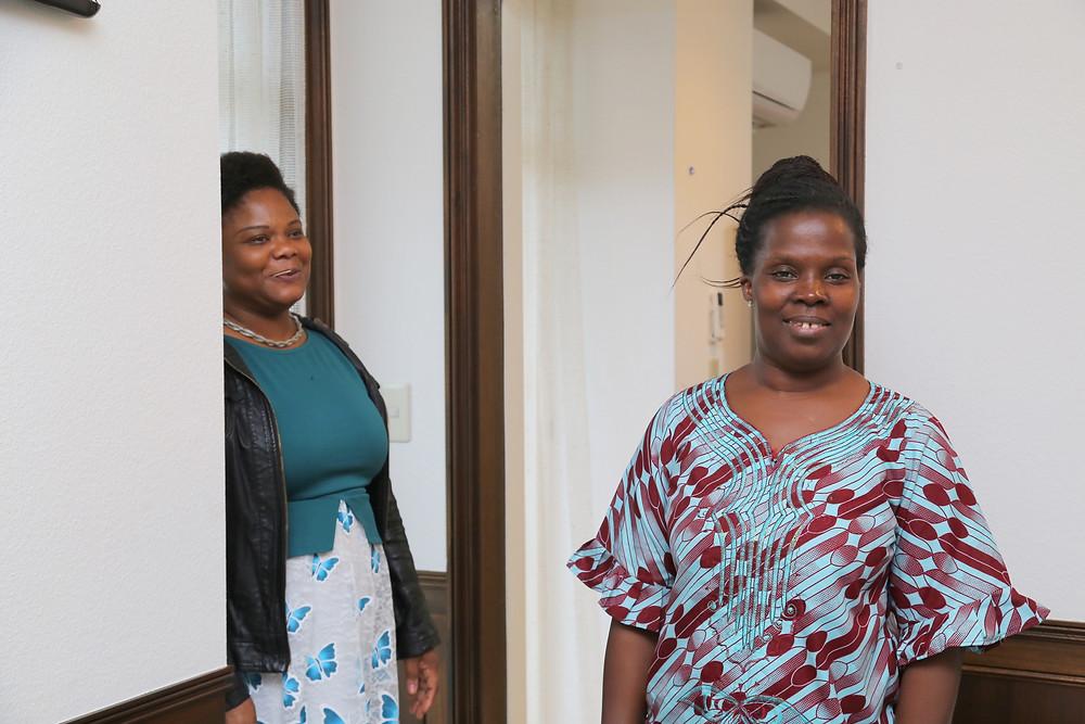 トーゴ大使館シェフのクラリス・コンスタンス・レネ・セヤンさん(向かって右)