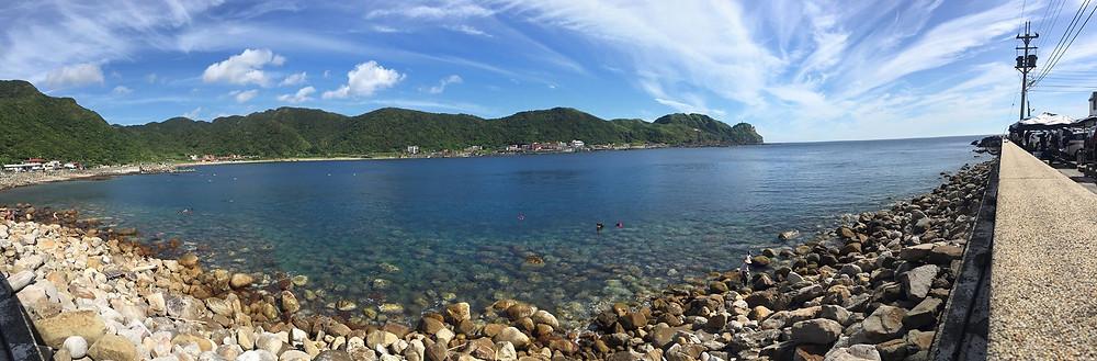 那清澈的海又藍又綠的,稱著那座山,大自然是一生中最美好的禮物。(龍洞)