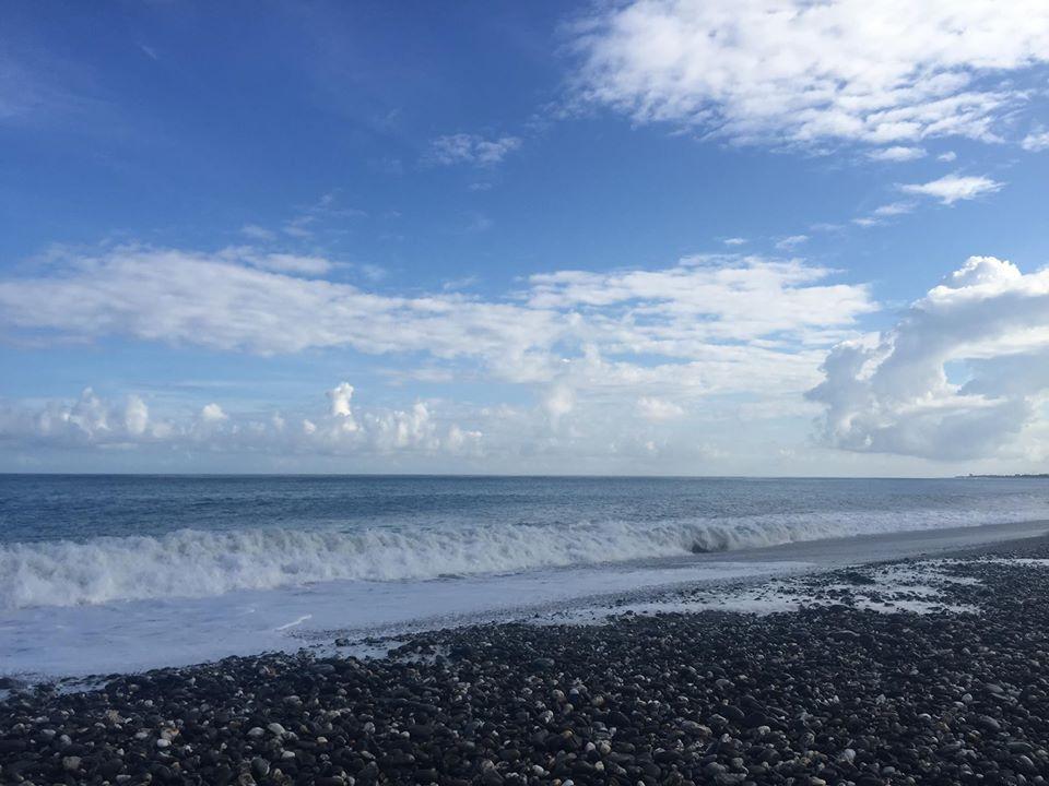 國際級的衝浪大賽就在這片海域,快看那白花花的浪,想像它們拍打岸上的聲音~