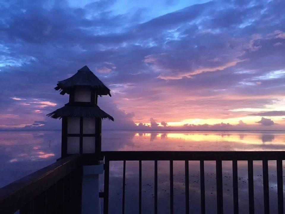 菲律賓巴拉望島的清晨 - 海與天空所繪出的紫色倒影。