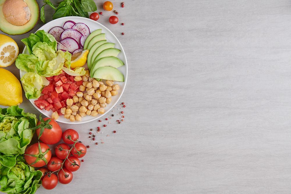 prato com comidas saudaveis e coloridas