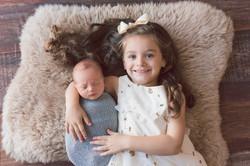 newborn com irmã irmão